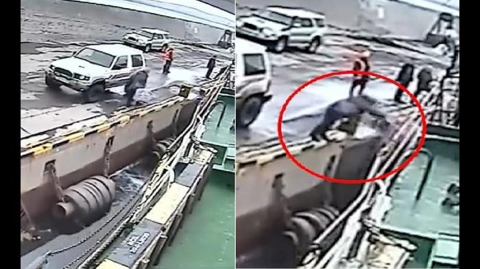 Пьяный пассажир упал в воду, когда он попытался прыгнуть на отбывающий паром