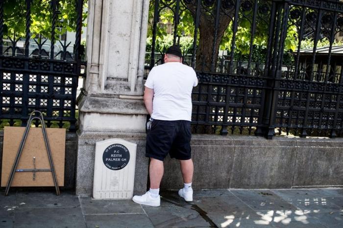Возмущение, когда мужчина мочится рядом с мемориалом Кейта Палмера, когда проходит крайне правый протест
