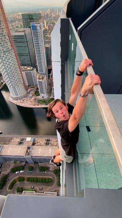 Страшный момент подросток болтается на балконе на высоте 180 метров без оборудования