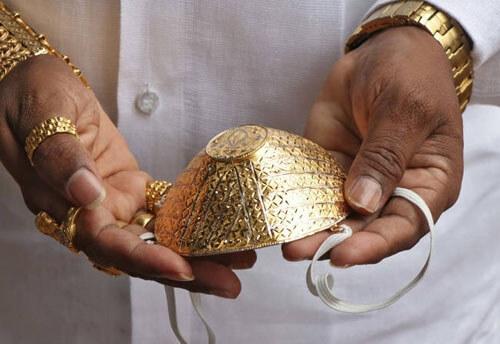 Чтобы выделиться среди толпы, защитные маски делают даже из золота