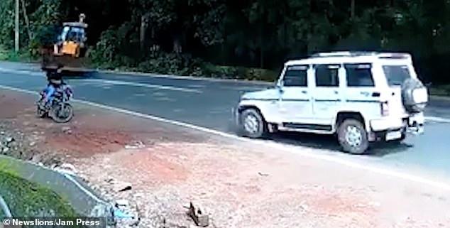Мотоциклиста чуть не задавил, вышедший из-под контроля экскаватор, в которого врезался джип