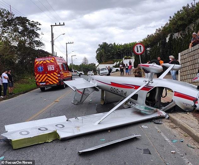 Ужасный момент маленький самолет падает на оживленную улицу, едва не убив пешехода, но пилот и пассажир оба выжили