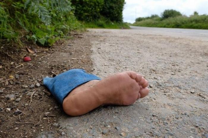 Водители, сбиты с толку «отрезанной человеческой ногой», брошенной на обочине дороги