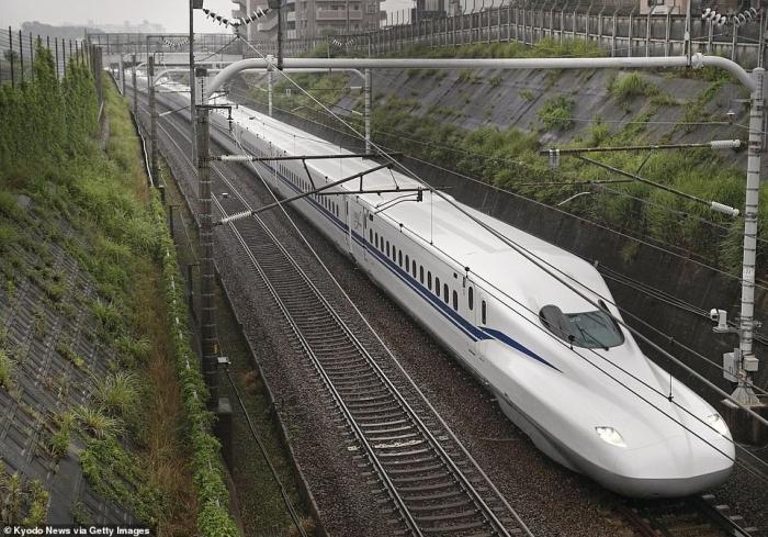 В Японии запустили невероятный скоростной состав, развивающий скорость 359 км/час. Он может «сбежать» от землетрясения