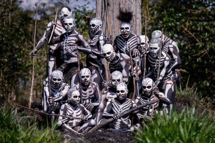 Страшные туземцы из Папуа-Новой Гвинеи изрисовали себя в виде скелетов, чтобы вызвать озноб в своих врагах
