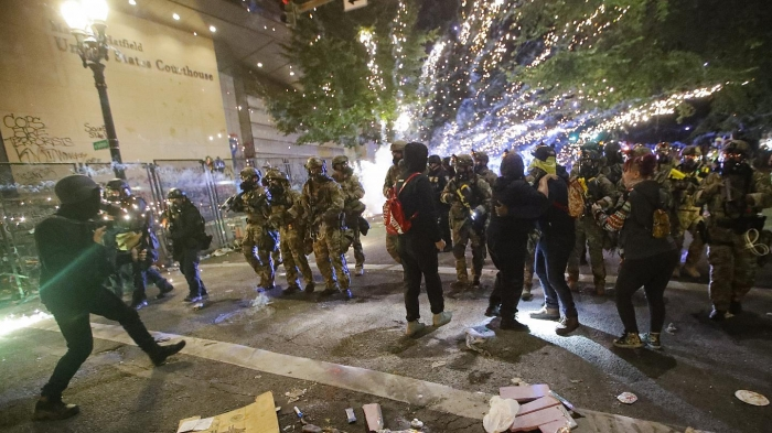 Бунтовщики бросили бомбу в здание Федерального суда Портленда