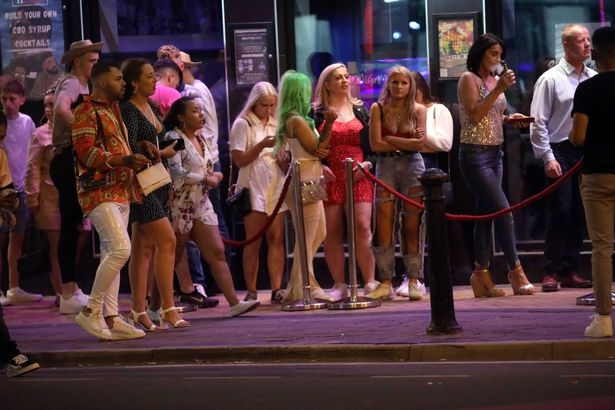 Английские пьяницы наплевали на социальное дистанцирование и набились в пабы, как сельди в бочку