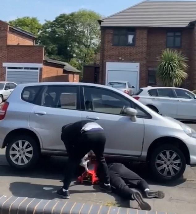 Смотрите, как лихо воры крадут из припаркованной машины ее каталитический нейтрализатор
