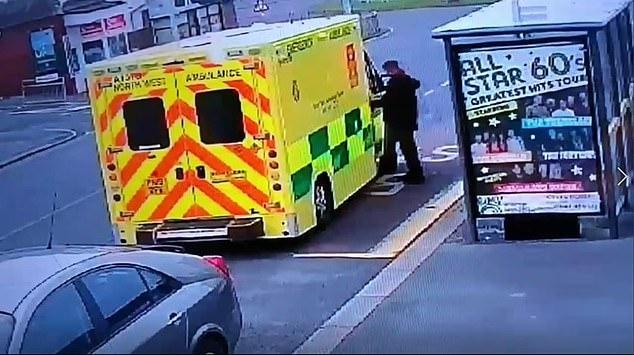 Просто шок, парамедики встретили «вора», пытающегося ворваться в машину скорой помощи