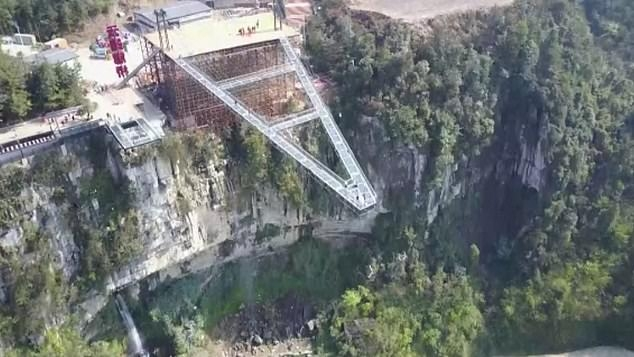 В фильме, снятом беспилотником видно, как люди крадутся по стеклянной платформе, которая торчит из скалы на высоте 298 метров над землей