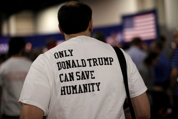 Будни протеста: негры избили человека возле белого дома за футболку с Трампом