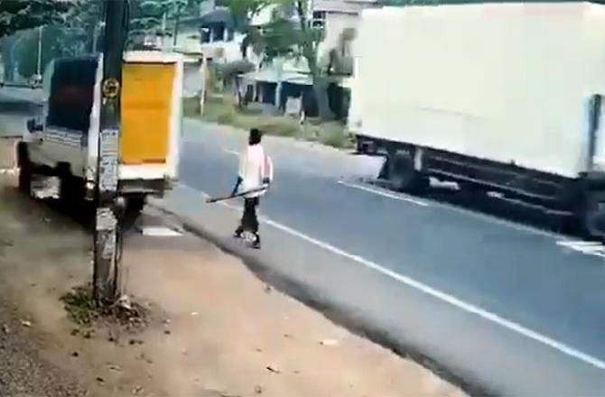 Мчащийся автомобиль проносится мимо мужчины и попал на видео. Ужасный фильм со дрогнул пользователей сети