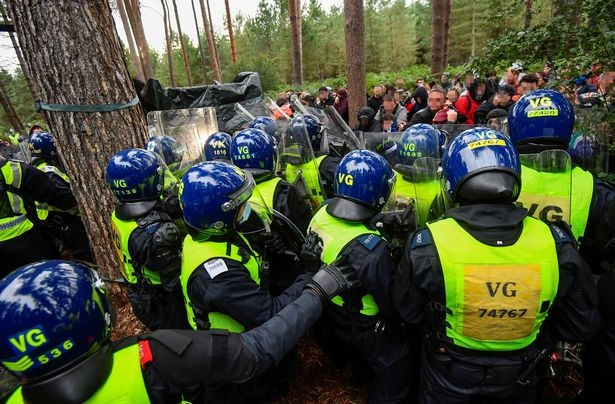 Английский полицейский спецназ схлестнулся с нарушителями общественного спокойствия на лесной вечеринке