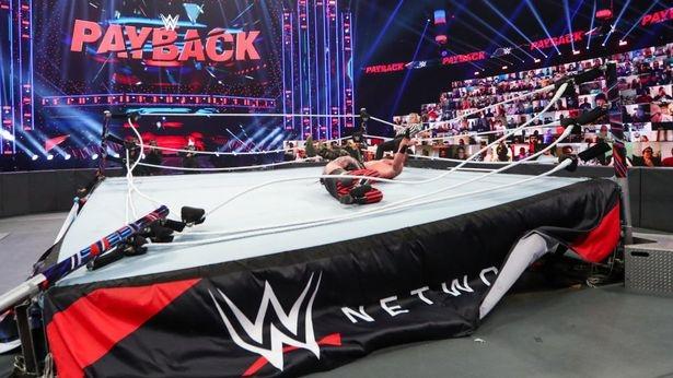 Ограждение ринга на WWE неожиданно упало в середине главного матча. Платные ТВ-каналы сразу окупились