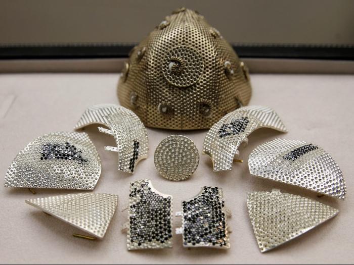 Противокоронавирусная маска из золота и бриллиантов за 1,5 млн. долларов – это произведение искусства