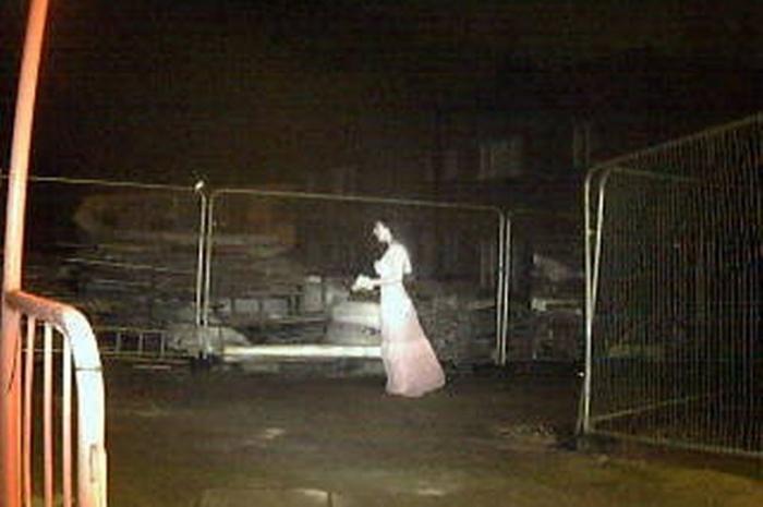 Начальник службы безопасности «окаменел», когда увидел, как жуткий «призрак невесты пробрался на строительную площадку»