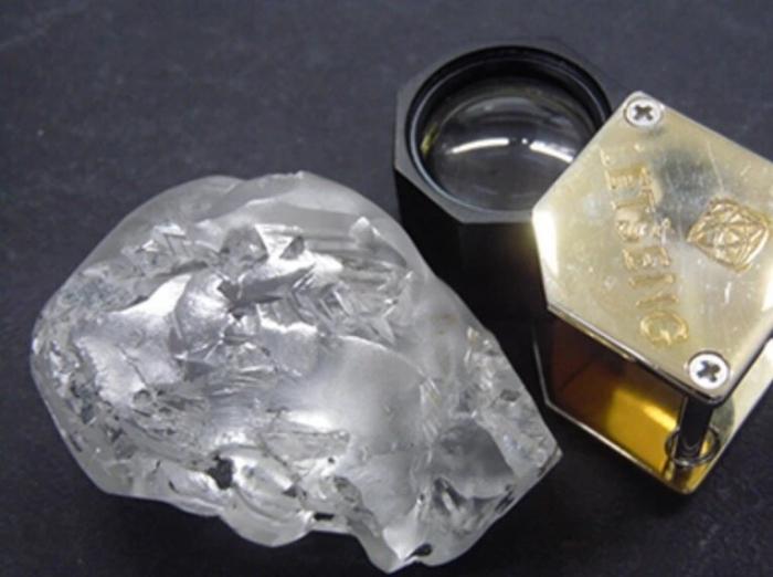 Ну и камушек! Потрясающий 442-каратный алмазный камень, был найден в Южной Африке. Его стоимость может достичь $18 млн