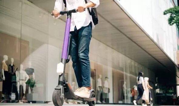 Ездоки на электро-скутерах должны пройти тест на вождение, прежде чем использовать их на дорогах заявил юрист