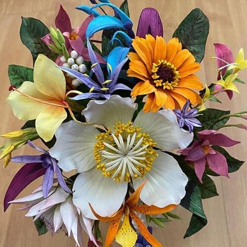 В умелых руках съедобные сахарные цветы могут выглядеть как настоящие