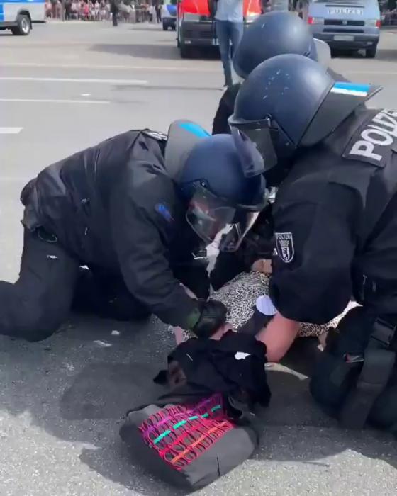 Немецкие полицейские до смерти забили женщину