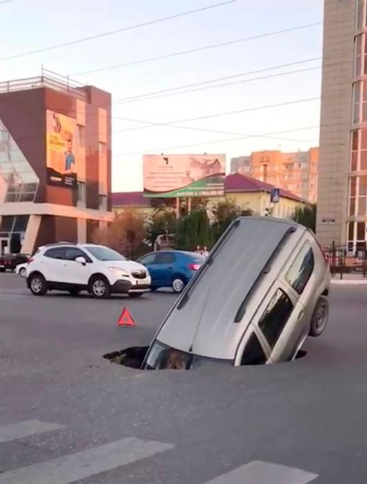 Люди успели выбежать из машины, когда под ней образовался глубокий провал посреди дороги