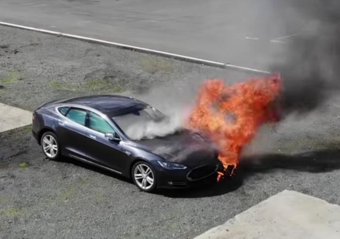 Бывший начальник безопасности Теслы обвинил Маска в отмывании денег наркокартелей и нападениях на неугодных сотрудников. Также он обвинил Маска, что половина его машин — бракованные.