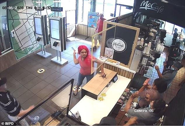 Фото с видеонаблюдения показывают, как клиент Макдональдса расправляется с персоналом и громит магазин за неправильный заказ