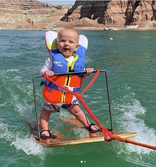 Смотрите фильм: 6-месячный ребенок становится самым молодым человеком, который катается на водных лыжах