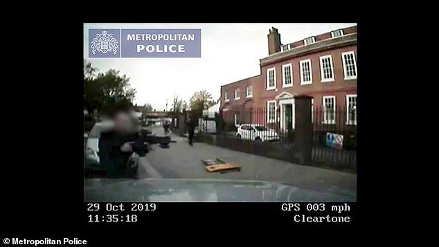 Шок! Видеонаблюдение показывает момент, когда водитель сбивает вооруженного полицейского, который летит кувырком вниз по дороге