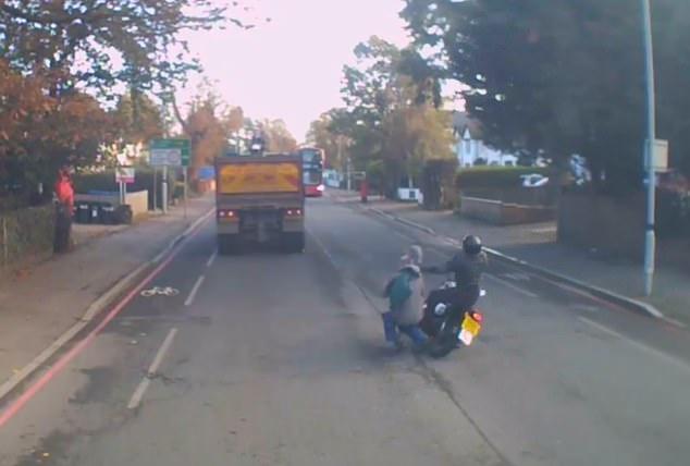 Ужас! Мотоциклист врезается в пешехода. Оба они падают на дорогу без сознания