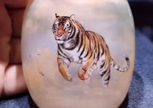 Умелец из Китая рисует внутри бутылки восхитительных тигров