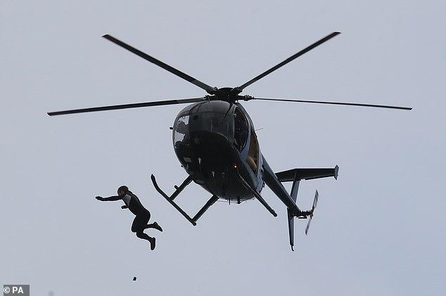 Бывший десантник прыгает с вертолета в море без парашюта с рекордной высоты 40 метров