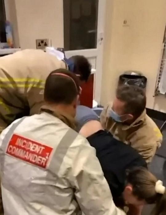Пожарные спасли студентку, застрявшую в сушилке после того, как она залезла в нее ради розыгрыша