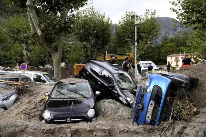 Восемь человек погибло, 6 тел выброшены на берег после того, как шторма обрушились на Францию и Италию, вызвав «сильное наводнение»
