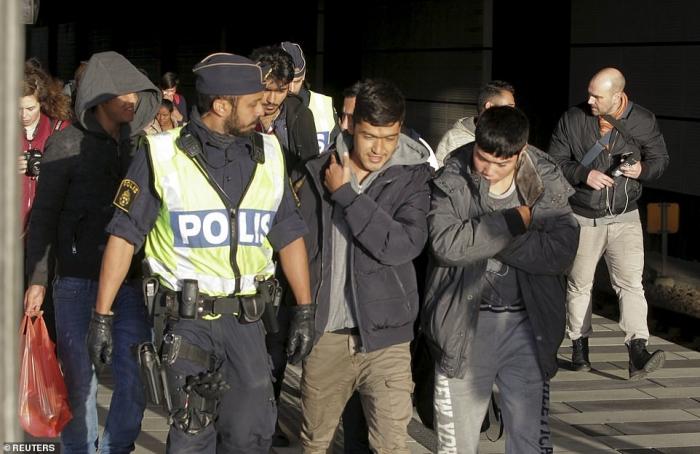 5 лет назад либеральная страна Европы Швеция приняла ближневосточных беженцев, а теперь её терроризируют мафиозные кланы мигрантов