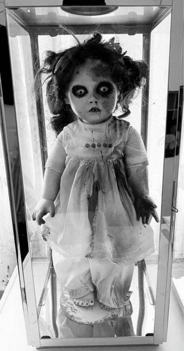 Кукла «одержимая демонами» плакала «настоящими слезами», когда охотники за привидениями обыскивали бар