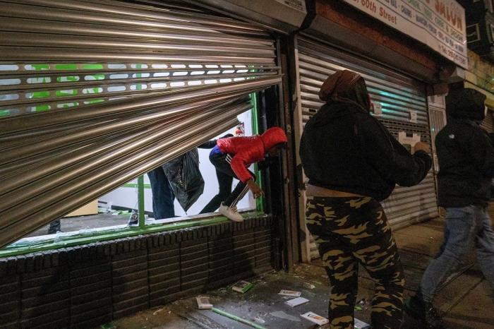 В Филадельфии толпа устроила погромы во время протестов