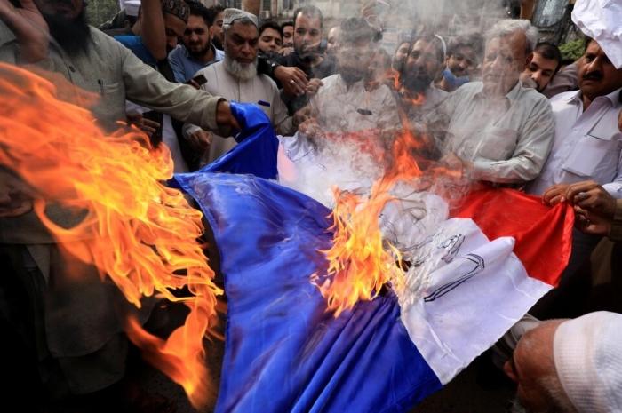Мусульмане по всему миру жгут французские флаги и фото Макрона в яростных протестах против Франции