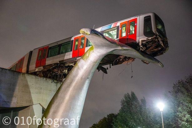 Поезд метро остался висеть на 9-метровой высоте после того, как слетел с рельсов - и приземлился на художественную инсталляцию
