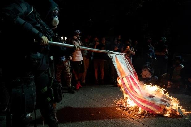 В Портленд ввели Национальную гвардию в ответ на сжигания протестующими Библии и флагов США