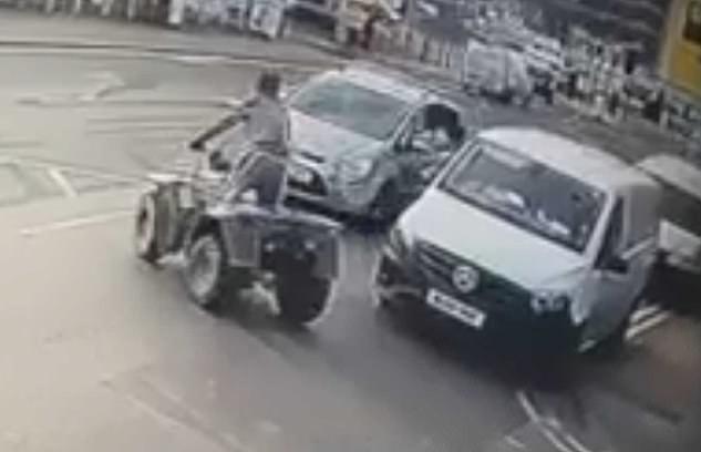 Водитель квадроцикла отлетел в лобовое стекло машины при столкновении, так как он выскочил перед легковой машиной