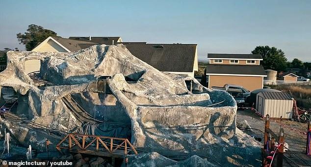 Калифорниец построил мини-версию американских горок Маттерхорн из Диснейленда в своем дворе, так как парки закрылись из-за пандемии