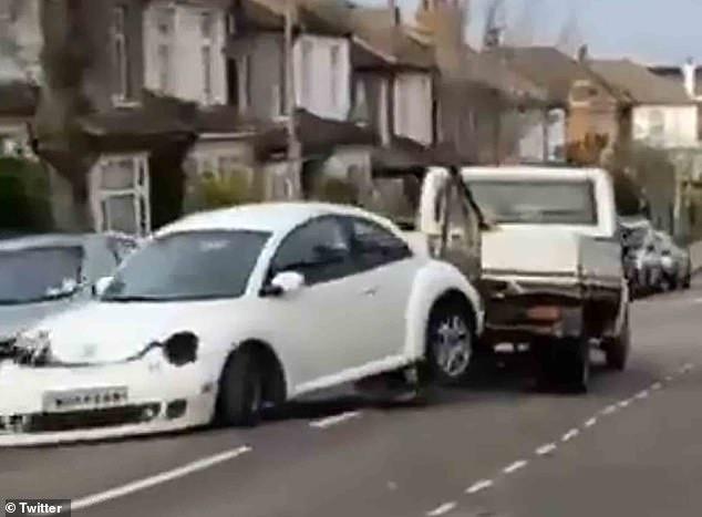 Вор разбивает украденный VW Beetle о 6 припаркованных машин, когда он тащит его по улице на эвакуаторе, потом его нашли брошенным
