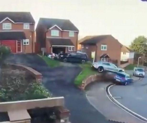 Водитель Porsche врезается во внедорожник, а затем цепляет другую машину, пытаясь припарковаться