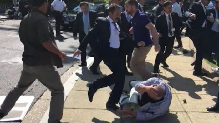 У Белого дома начались драки с протестующими