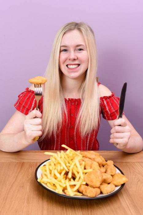 Знакомьтесь с девушкой-подростком, которая последние 15 лет ела только куриные наггетсы и картофельные чипсы