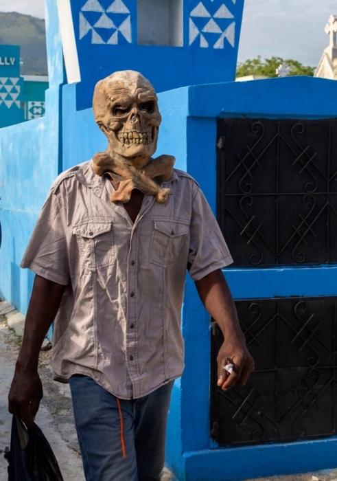 Гаитяне празднуют фестиваль Вуду «одержимые духами» и человеческими костями, положенными на алтарь