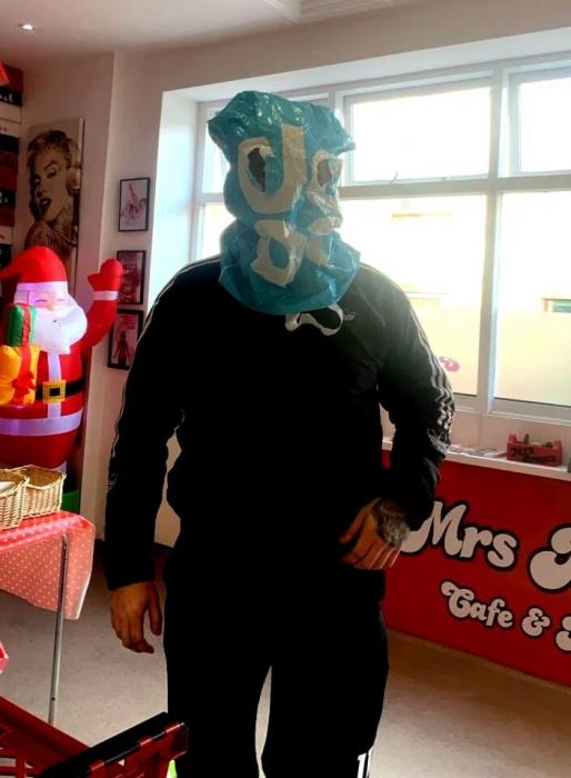 Клиент кафе надел полиэтиленовый пакет в качестве импровизированной маски для лица, чтобы заказать еду