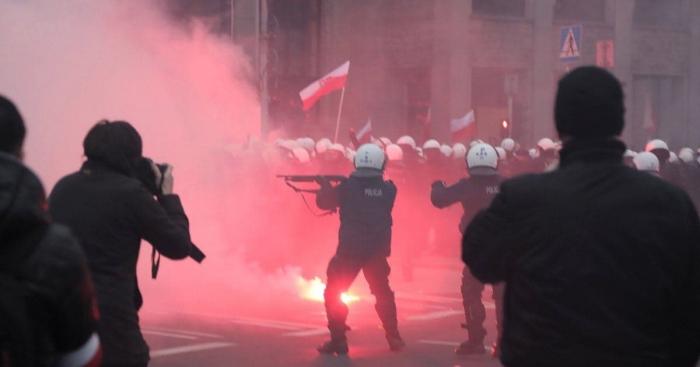 Польские протестующие подожгли дом, на котором висел неугодный лозунг