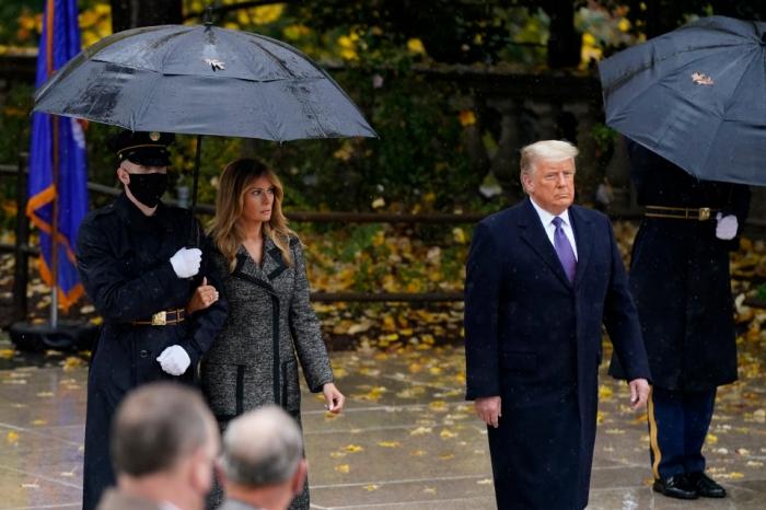 Мелания Трамп сжимает руку военнослужащего, а не своего мужа Дональда во время службы в Арлингтоне, когда возникают подозрения о разводе